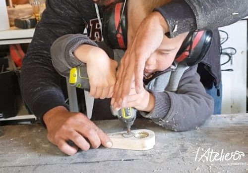 Idée cadeau pour la fête des pères : fabriquer un décapsuleur en bois - Brico Privé